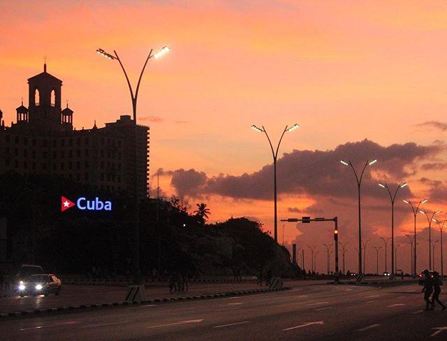 """🎉🎉Nuevo Artículo🎉🎉 // SEIS MITOS SOBRE CUBA 🇨🇺 Descúbrelos en el link en la biografía // Aquí un fragmento, para que se vayan empapando 🔑 """"Cuando pensamos en Cuba, es difícil no hacerlo sin imaginar un mulaton bailando salsa o fumando esos largos habanos , pero la realidad es que vamos más allá de esos mitos creados por concepciones superficiales de lentes fotográficos. Nuestra isla goza de muchas particularidades que no aparecenen en las guías turísticas"""""""