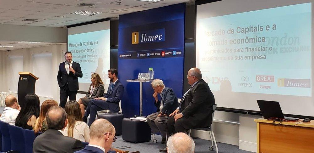 Augusto Sales, professor do Ibmec e sócio da Belveder, modera painel com especialistas do mercado