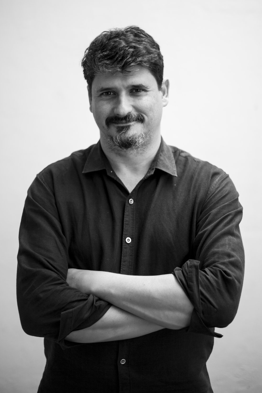 José Luis Sanz - is the director of El Faro, a digital news site in El Salvador. A founding member of Sala Negra, an investigative team specializing in organized crime, violence, and public safety in Central America, since 2009 he has reported and written about the Mara Salvatrucha and Barrio 18 gangs. He is co-author of the books Johnattan has No Tattoos (CCAPVJ, 2009) and Dark Stories: From a Region that Doesn't Count (Aguilar, 2013). He directed the documentaries The Last Offensive (El Salvador-Spain, 2009) about the arrival of the FMLN party to power in El Salvador, and The Seed and the Stone (El Salvador-Guatemala, 2010) about the Ixil genocide. He was part of the team that in 2013 won the IPYS Latin American award for investigative journalism for their work on the truce with gangs in El Salvador, and in 2016 the Gabriel García Márquez prize for excellence. Follow him on Twitter @jlsanz