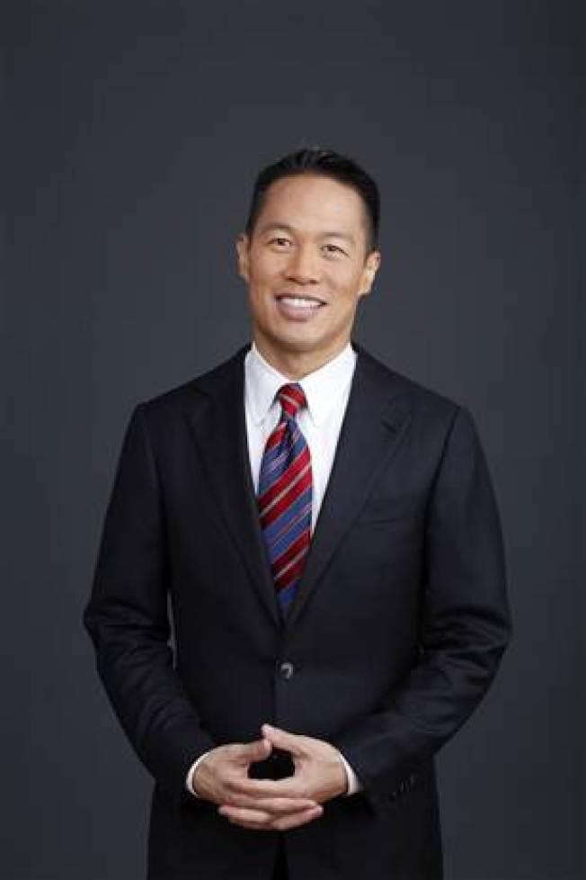 亞美政聯首次舉辦面對亞太裔的加州州長候選人辯論會的兩位主持人之一、華裔呂勇詩(Richard Liu)。(MSNBC網站下載)