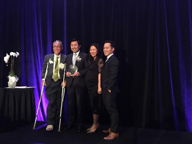 洛杉磯韓裔市議員柳大衛(David Ryu,左二)獲得「勵志領導獎」。(記者張宏/攝影)