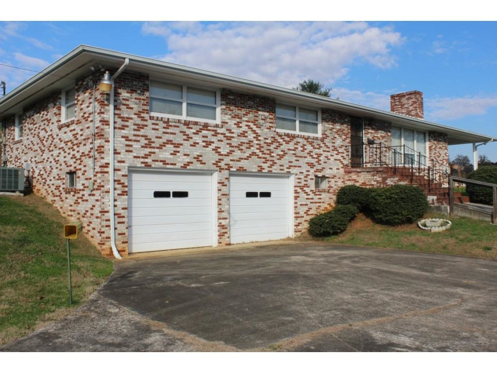 "211 Pinehurst Drive""The Byington Property"" - PENDING SALEDecember 8th, 2018Absolute AuctionHouse and Personal Property"