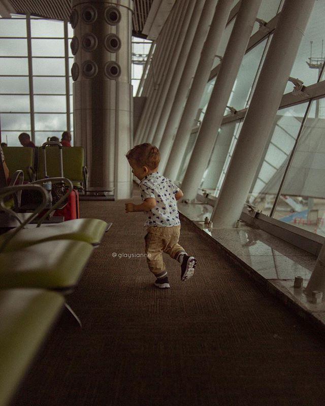 O maior desafio de viajar sozinha com o Arthur é correr atrás dele pelo aeroporto 😅😅