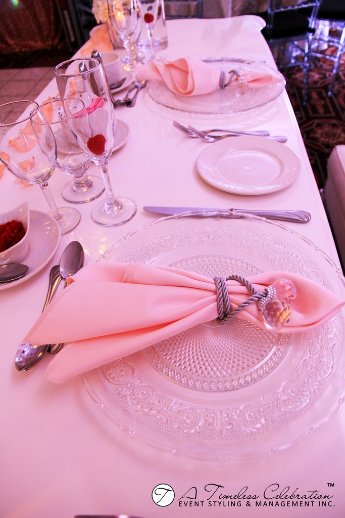 modern chic wedding reception peach white flower sweetheart headtable le challenger montreal