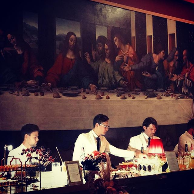 Cocktails in front of the last supper - I'll go for the old fashioned - thanks! @royalacademyarts with @rocketfood  #rocketprivateviews #RA #thelastsupper #sherlockparties #mouchelondon #dairybeef #himalayanrocksalt #tablecounterrocksalttop #royalacademyofarts #drinksfusion #mixology #cocktails #mixologists