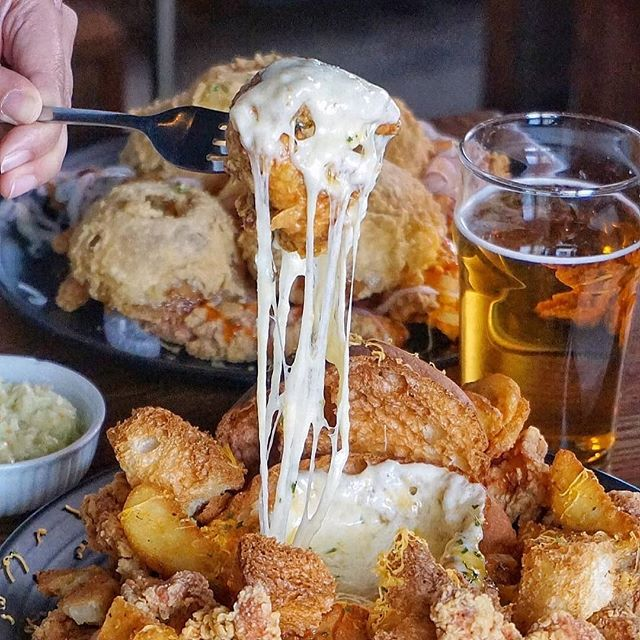 Who wants beer + cheese + chicken ? 🍶🧀🍗 #Repost @judyyu15 (@get_repost) ・・・ Feast your eyes on this Cheese Volcano Chicken platter @chickeninthekitchen_ca. Crispy KFC (Korean Fried Chicken) on top of a pool of rosé sauce with a hot bread bowl of melty Gouda in the centre. What's not to lava? 🌋 #friedchickenday
