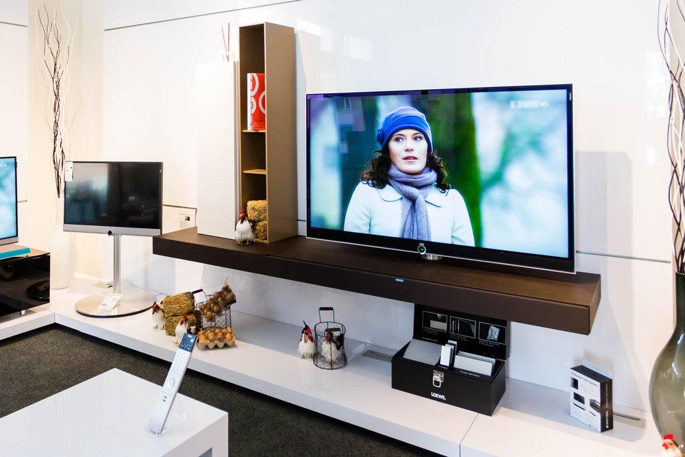 Fernsehen - Die Möglichkeiten moderner TV-Geräte sind heutzutage nahezu unbegrenzt. Stetig erweitert sich die Funktionspalette der Geräte wie auch die Auswahl an Geräten verschiedenster Anbieter. Wir helfen Ihnen sich zu orientieren, das für Sie richtige Gerät zu finden und Funktionsweisen kennenzulernen. Vertrauen Sie auf unsere Erfahrung.