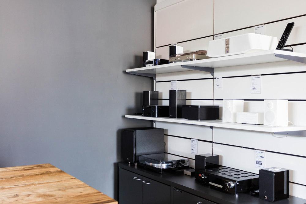 Musik hören - Musik kann man entweder nur hören oder sie erleben. Wir zeigen Ihnen neueste Möglichkeiten auf, wie Sie das persönliche Klangerlebnis verbessern können und demonstrieren Ihnen die Wirkung hochwertiger Geräte direkt in unserem Showroom.