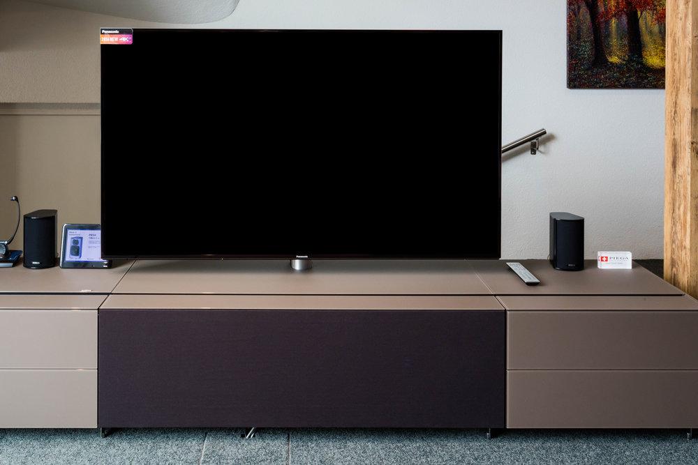 Möbel - TV & Hifi Möbel tragen aktiv zum Wohnerlebnis bei und setzen einzelne technische Stücke wirkungsvoll in Szene. Abgestimmt auf Ihren Wohnraum und dessen Stil beraten wir Sie auch zu möglichen erweiterten Funktionen wie beispielsweise im Bereich der TV-Möbel. Lassen Sie sich begeistern.