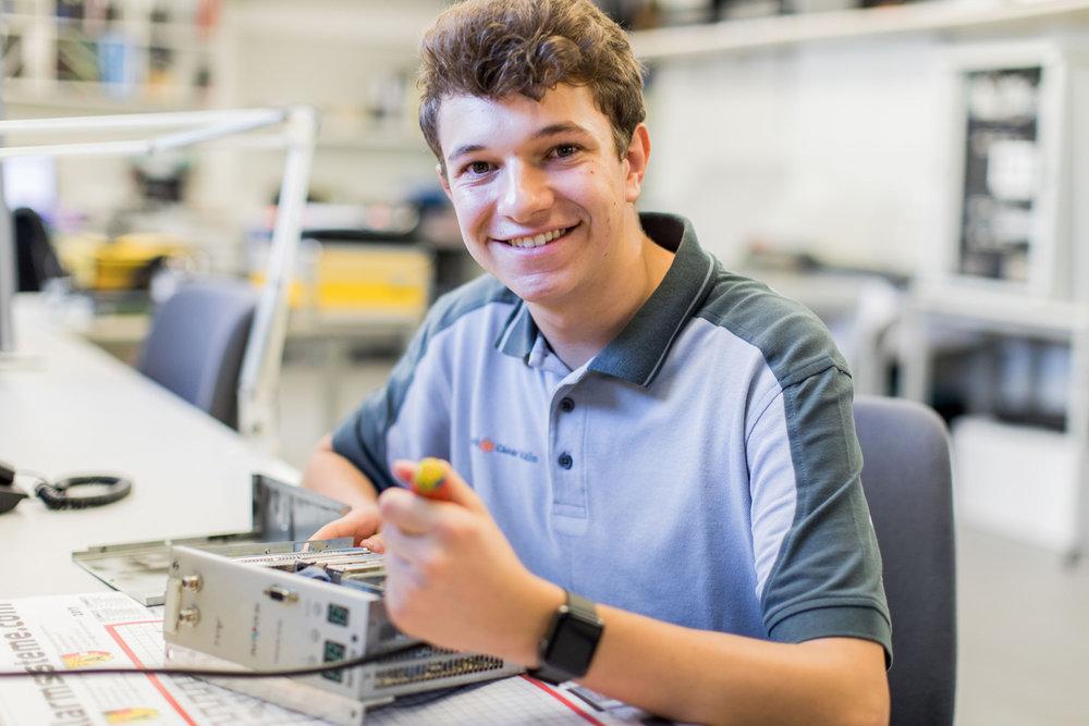 Service & Reparatur- Center - Mit unserem Servicecenter reparieren wir Ihre Geräte effizient und sichern eine lange Zufriedenheit mit Ihren Geräten: Der Service ist unkompliziert für Sie und erspart die Kosten einer Neuanschaffung bei kleinen Defekten.
