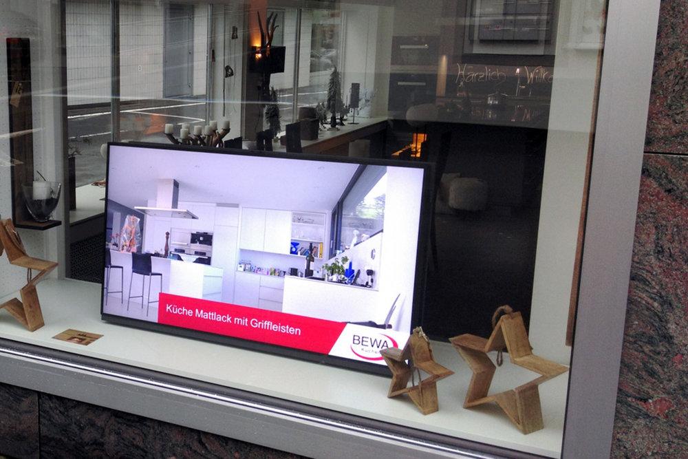 Public Display - Sie möchten Ihre Unternehmung an Passanten oder Besucher auf einfachste Weise vorstellen, Ihre Produkte präsentieren oder sich vorstellen. Dies kann mit einem Bildschirm im Schaufenster oder im Empfang einfach und professionell, jedoch mit wenig Aufwand realisiert werden.