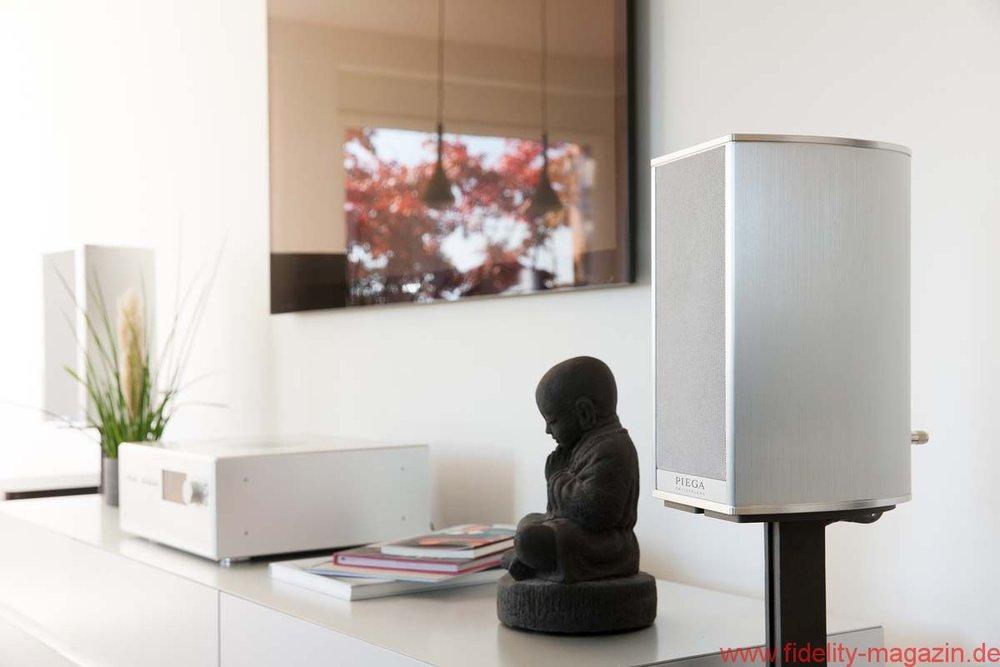 Lautsprecher möglichst frei stehend platzieren - Ein weiterer Faktor, der zu einem undeutlichen Klangbild führt, sind Reflexionsflächen die nahe am Lautsprecher sind. Ein Beispiel: Steht ein Regal-Lautsprecher im Bücherregal, ist nach hinten an die Wand geschoben, flankiert von zwei grossen Bildbänden. Diese bilden nun reflektierende Flächen – und das ist der akustischer Stolperstein für einen klaren Schall.Profitipp: Regalboxen platzieren Sie auf dem Regal ganz nach vorne, damit sie offen abstrahlen können. Noch besser allerdings ist es, diese auf Ständern frei im Raum aufzustellen.