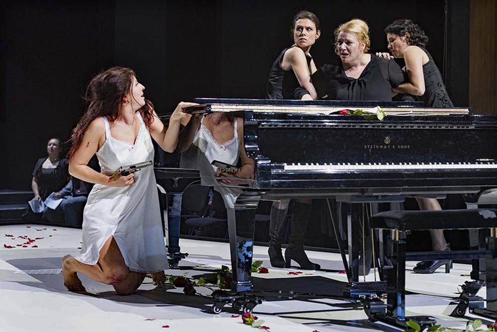 Dshamilja Kaiser as Penthesilea, Aile Asszonyi as Prothoe and ensemble (photo: Thilo Beu 2017)