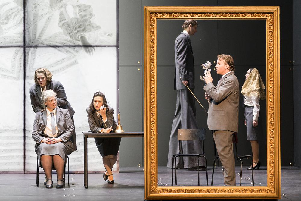 Aile Asszonyi as Ghita, Ales Briscein as Der Zwerg and ensemble (photo: Werner Kmetitsch 2017)
