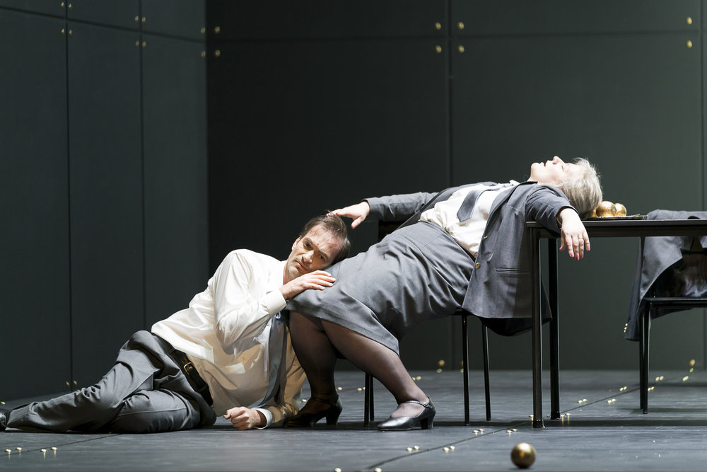 Markus Butter as Il Prigioniero and Aile Asszonyi as Madre (photo: Werner Kmetitsch 2017)