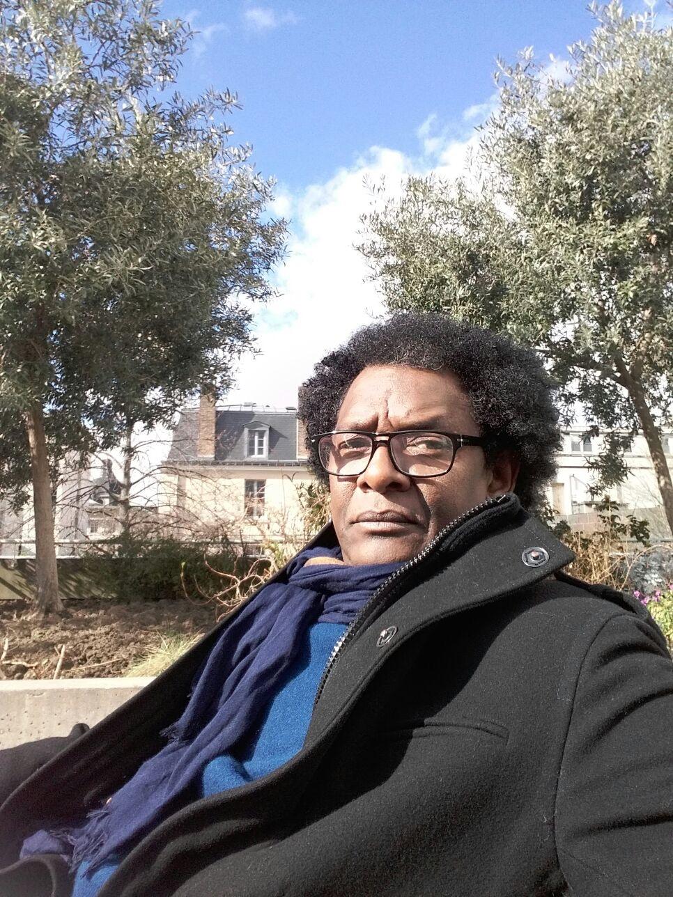 Pape M'Bodj - Producteur de YAO - MBA Productions, qui fait le producteur très sérieux sur la photo, mais qui est plutôt agréable dans la vraie-vie :)