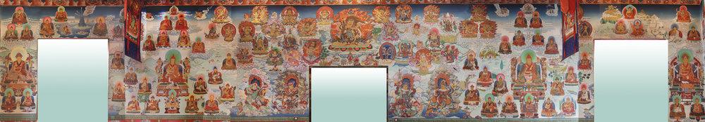 此面牆上的法像是三面中最多者。中間的法像有雪謙嘉察久美南賈(頂果欽哲仁波切的上師)、蔣貢工珠羅卓泰耶、蔣揚欽哲旺波、袞波雷登,和第二世冉江久美袞桑南嘉。較小的法像有第十世創巴仁波切、第三世多竹千(多智欽)吉美丹貝尼瑪、麥彭(米滂)仁波切和大瑜伽士夏迦師利。   四大天王將繪於寺院大殿正門上方,欽哲仁波切的伏藏法將會轉取代他們在東牆的位置。