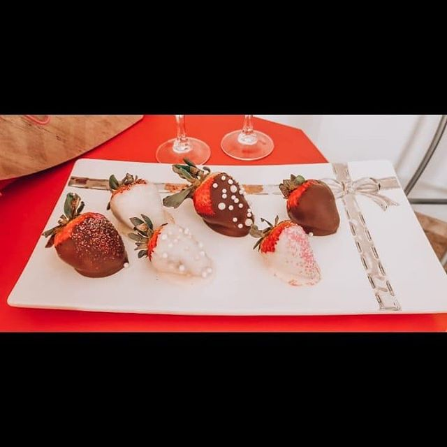 Valentine Strawberries! Pretty and Delicious! #chocolates #valentinesday2018 #chocolatecoveredstrawberries #valentinesdessert