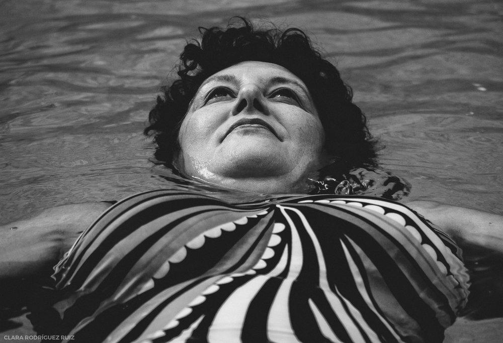 Mi madre no nada a mariposa, pero se siente una de ellas cuando nada. Libre, sobrevolando el mundo. Después de la operación, no tardó mucho en volver al agua. Es su lugar de refugio, y donde sigue perdiéndose.