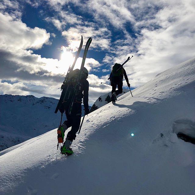34 - Merci à tous pour vos messages !  C'est sur une jolie sortie d'Alpi que j'ai terminé ma 33eme année.  Et avec la même sérénité que celle affichée sur l'arrête de Roselette que j'entame la 34ème. Merci pour ce joli 🎁 @arthur__vial @louis.sautelli @jayjay_____z