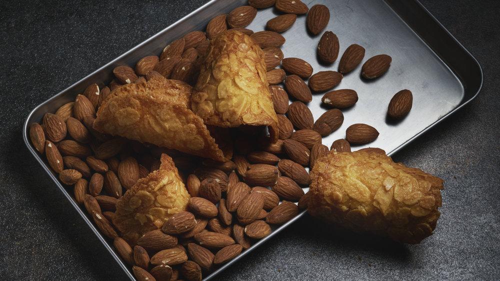 Nos Tuiles aux Amandes - Une gourmandise à base d'amandes effilées et beurre AOC, à déguster sans modération.