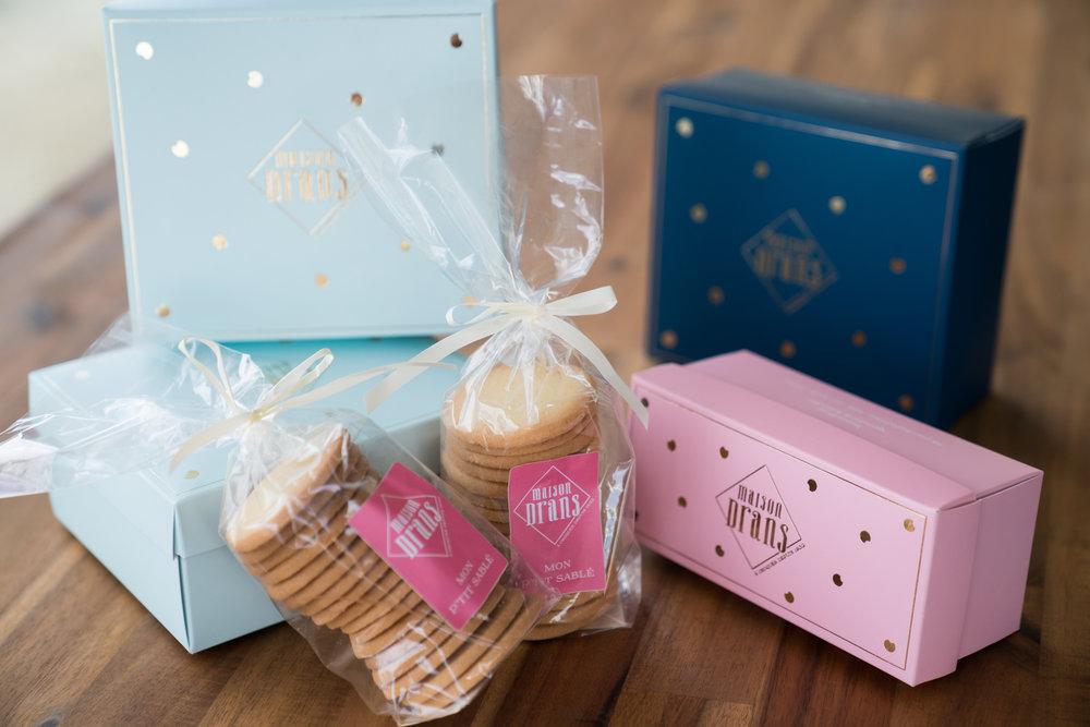 Nos Coffrets Cadeaux - Des assortiments de nos Sablés, Croq'Amours ou Tuiles amandes, dans nos jolies boites aux couleurs de Maison Drans.