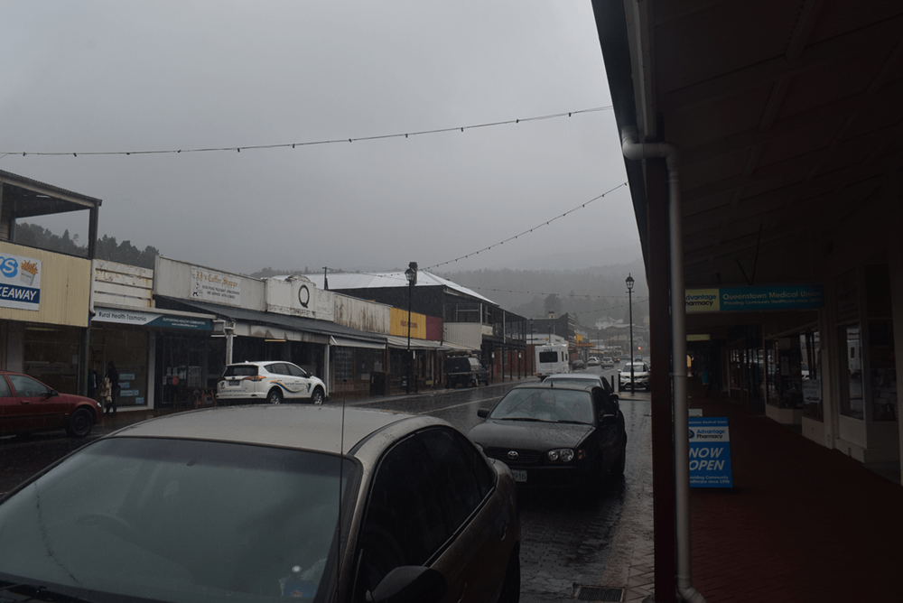 After reaching Queenstown, I went to the city park for my usual refreshment coffee. However, the rain started to shower when I was about to move towards lake 'Burbury camping ground'.