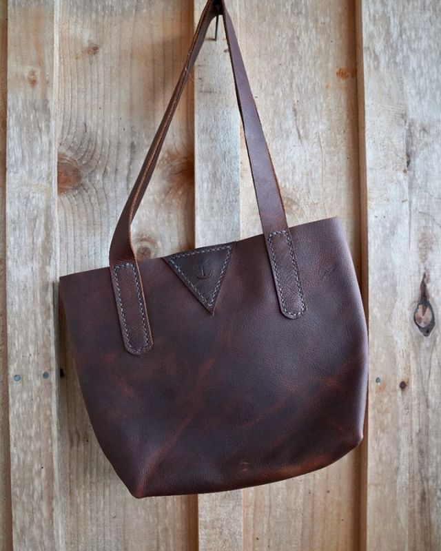 A cutting mistake turned happy accident with this mini tote, reminding me to chiillll and go with it when things take a turn. This one is heading all the way to Germany, how about that? . #truantleatherco #leathercraft #totebag #handstitched #pnw #craftsmanship #leathergoods #handmade #supportyourlocalmakers #solopreneur #leathercraft #simpledesign #handbagdesigner #imadeyourbag #truant #smallbusiness #makersmovement