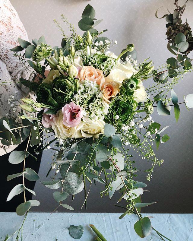 Idag binds det brudbuketter hemma hos fotografen med starkt kaffe och bebis som assistent 💥😊 #sannegårdensblomsterhall  #interflora  #interflora_ab  #weddinginspo  #weddingseason  #weddingflowers