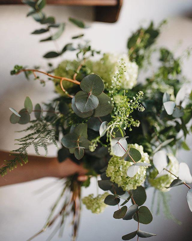 Behind the scenes från igår när det gjordes brudbuketter 🌿 Bild av @ekt_photo ♥️ • • • #weddingflowers  #weddinginspo  #interflora_ab  #interflora  #weddingseason #fioribilden