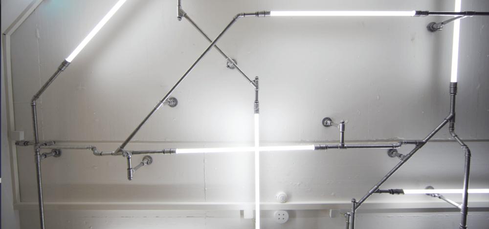 Ladenbau-wasserrohr-baslerpark-installation-licht2.png