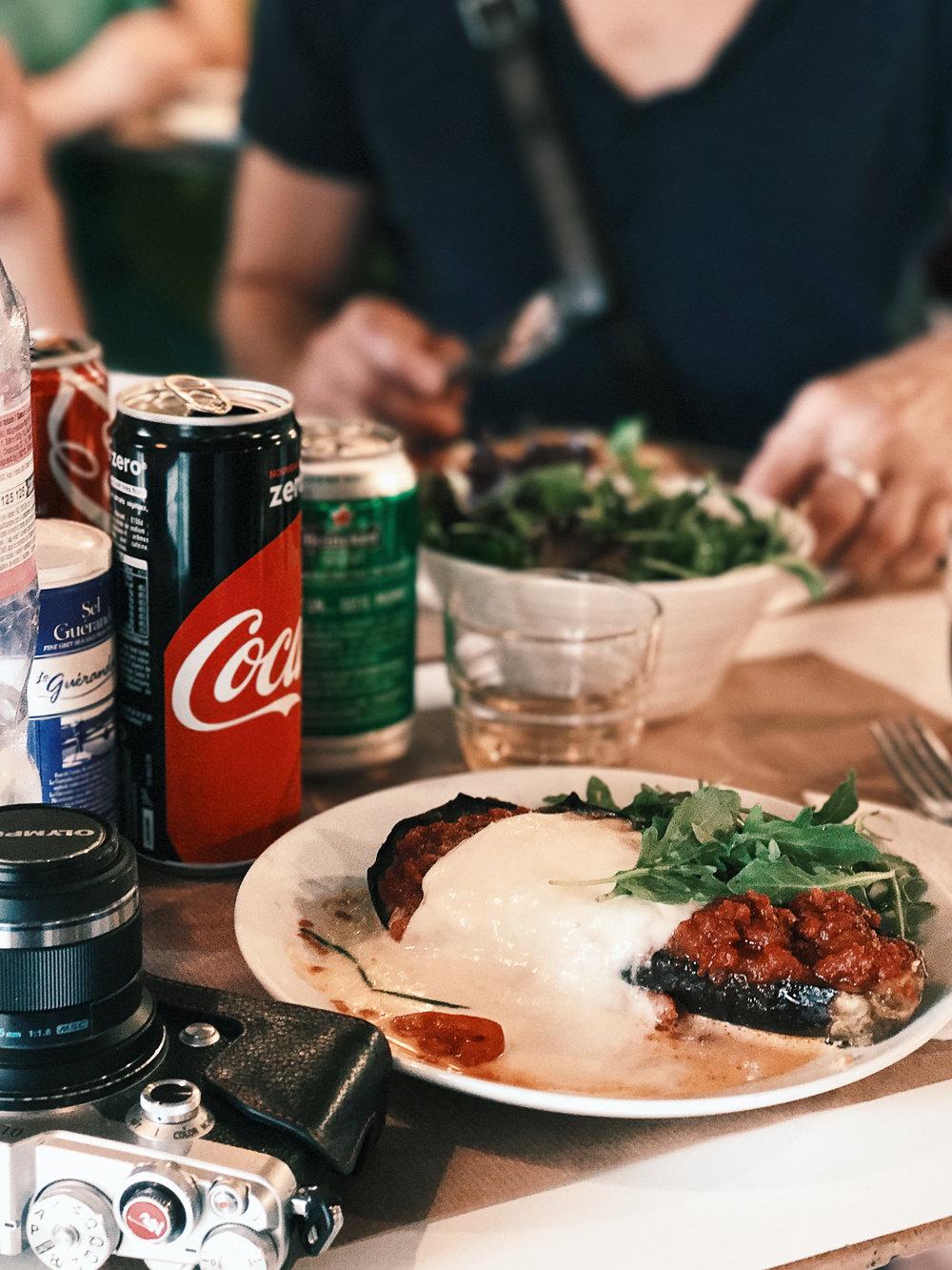 拍攝時拉開與被拍攝物之間的距離,也刻意讓用餐者呈為背景,畫面會更有故事性。