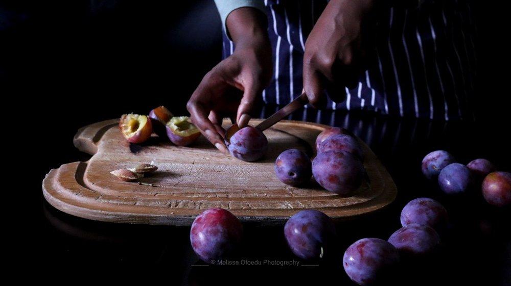 italian-plums-cutting-2-melissa-ofoedu-photography-portfolio-fotos-1-von-1