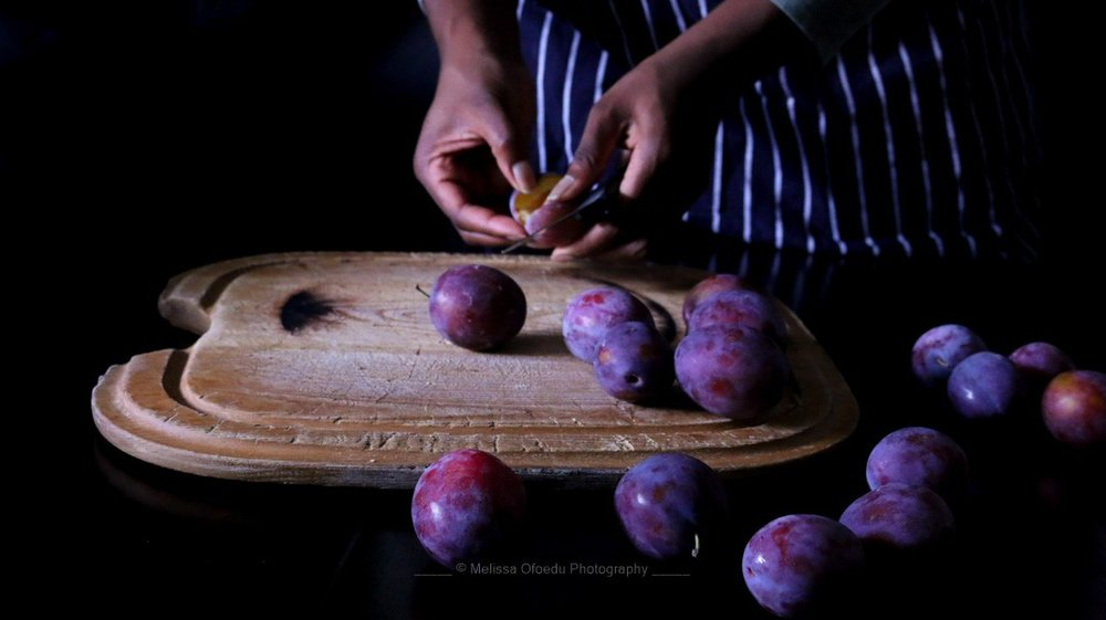 italian-plums-cutting-melissa-ofoedu-photography-portfolio-fotos-1-von-1