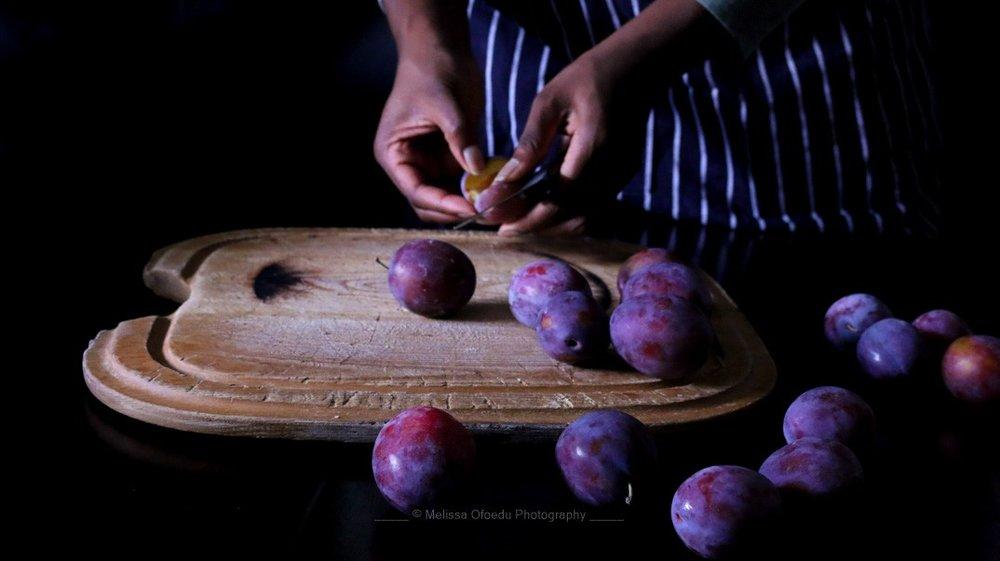 italian-plums-cutting-melissa-ofoedu-photography-portfolio-fotos-1-von-1