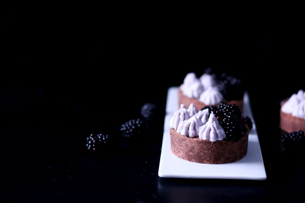 Chocolate-Tarte-with-Grapefruit-Chia-Marmelade-and-Blackberry_Coconutcream-Melissa-Ofoedu-Photography-for-Tea-and-the-Gang-NoC-14-von-1.jpg