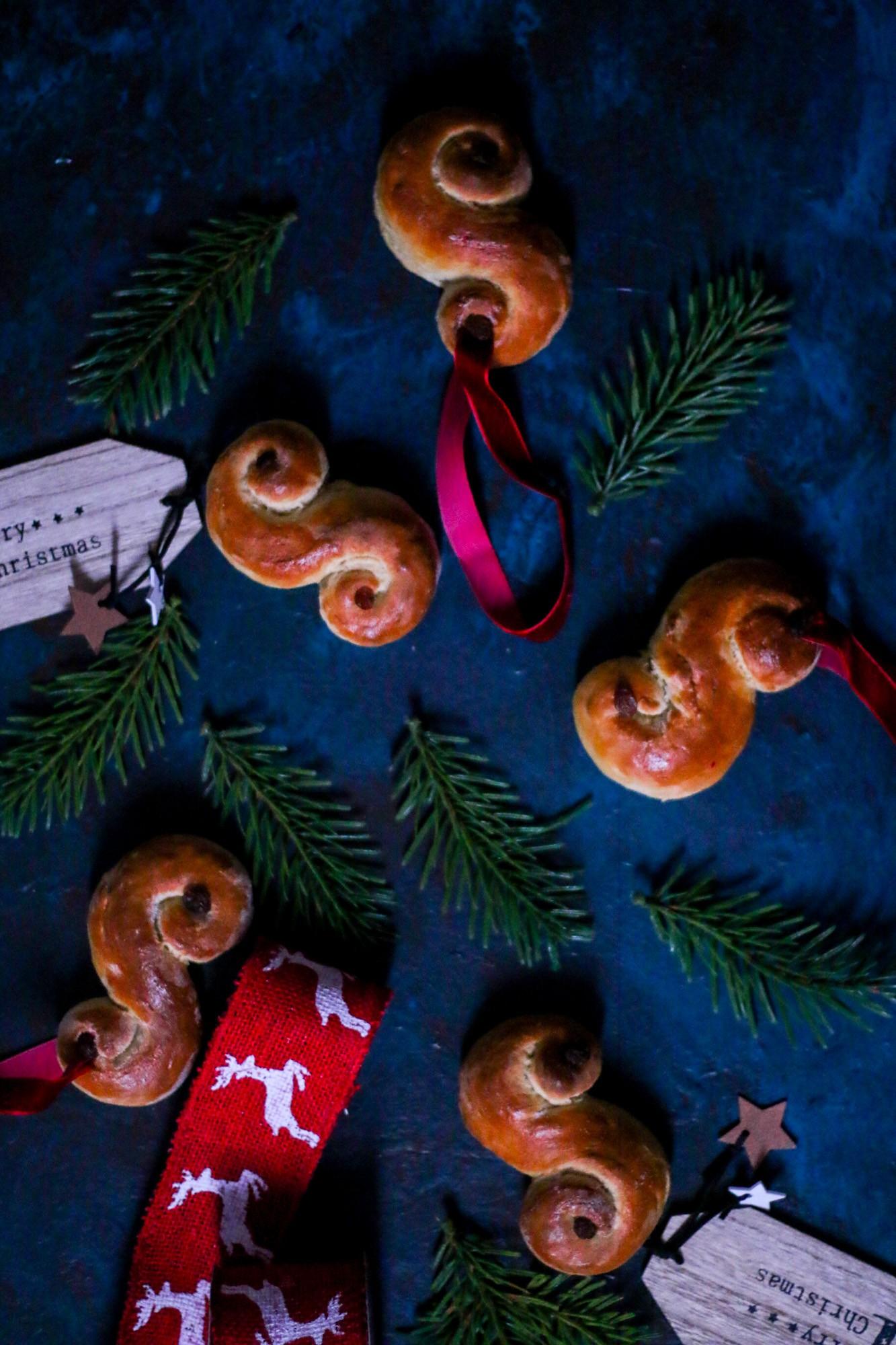 lussekatter-st-lucia-saffron-buns-christmas-cookbook-melissa-ofoedu-photography-for-a-sweet-point-of-view-4-von-1