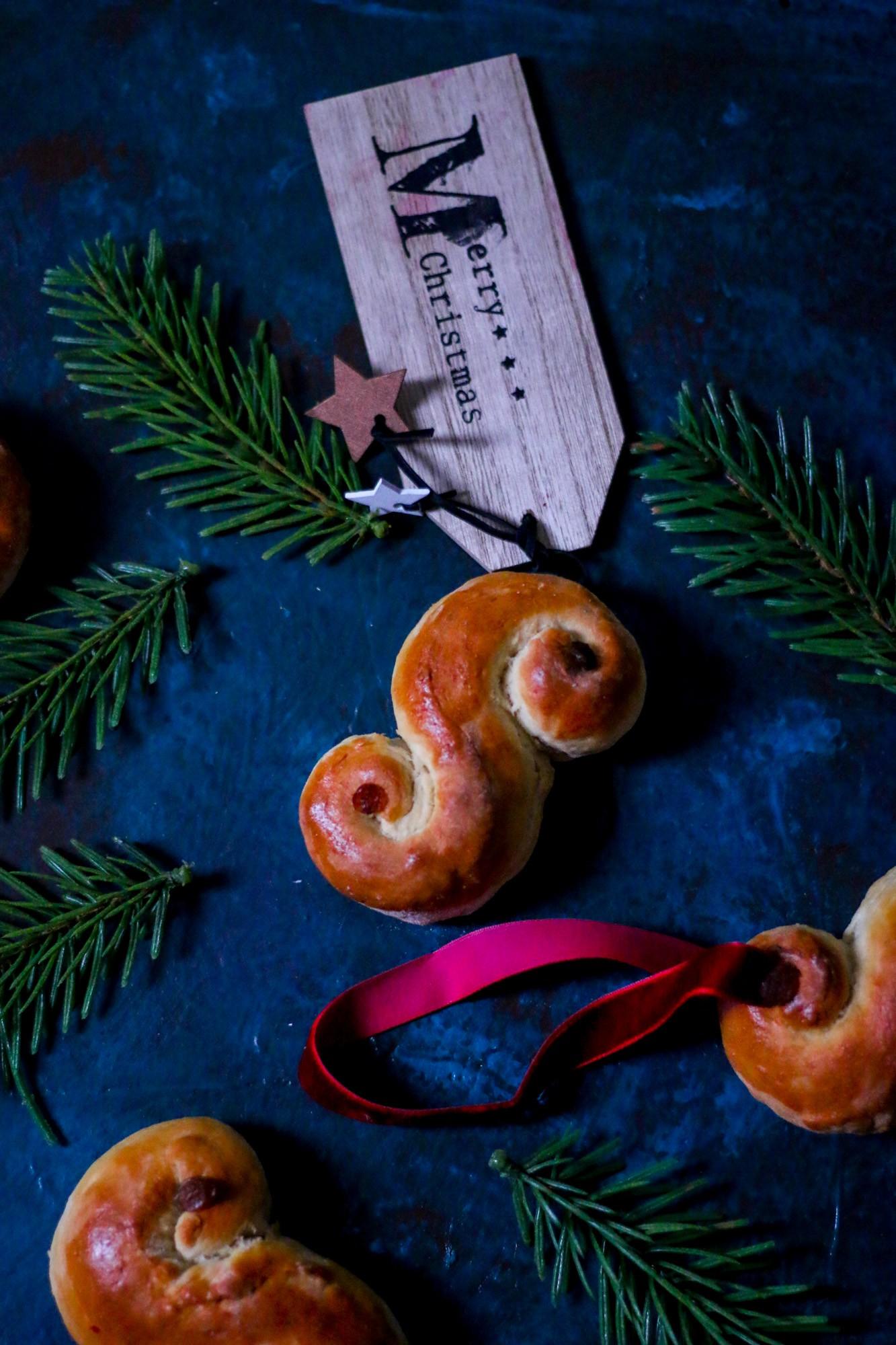lussekatter-st-lucia-saffron-buns-christmas-cookbook-melissa-ofoedu-photography-for-a-sweet-point-of-view-7-von-1