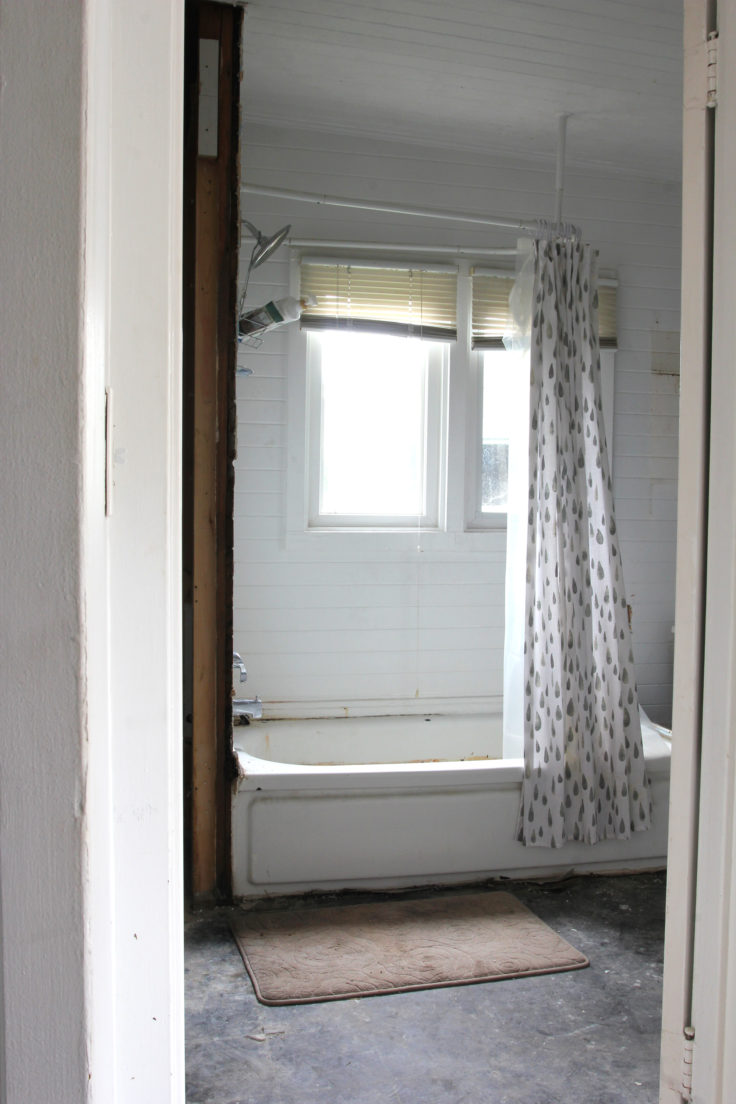 The-Grit-and-Polish-Naysas-Bathroom-Before-2-e1542575062756.jpg