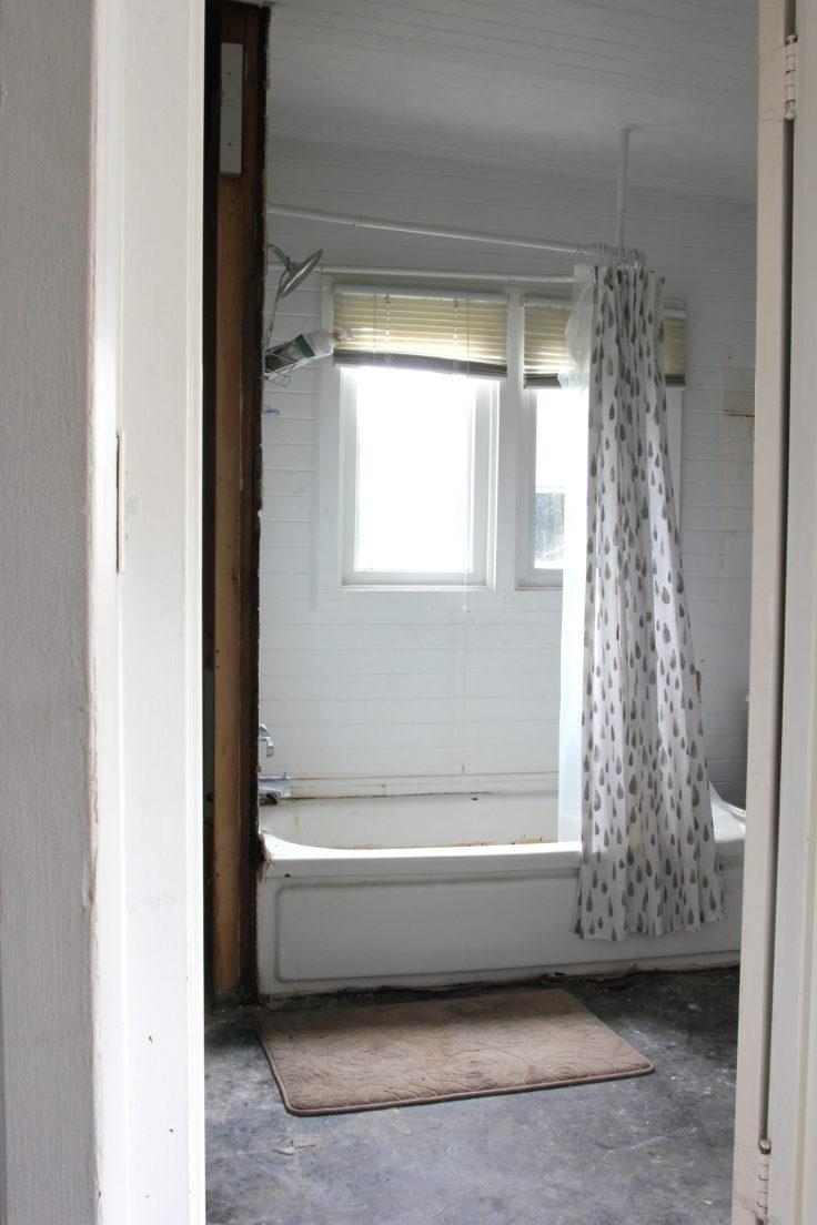 The-Grit-and-Polish-Naysas-Bathroom-Before-2-e1542575062756.jpg
