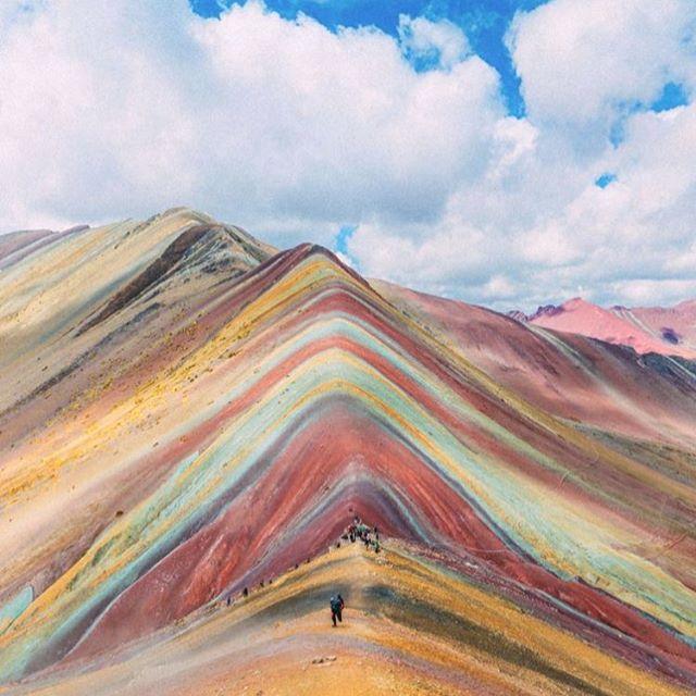 Envies de voyage ? ⛰ Nos pokés latino ne manqueront pas de vous faire décoller 🐠 Et comme Vinicunca, la montagne péruvienne arc-en-ciel, ils sont toujours pleins de couleurs 🌈