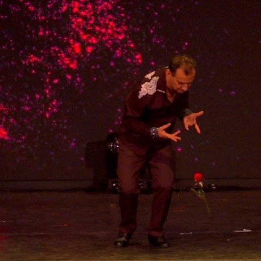 Who can play with a Rose and make it float in the air but Shahrooz 🌹🌹Love is in the Air 🌈☀️🔥 . . . #magicshow #liveentertainment #varietyshow #illusionshow #illusionnist #magician #love #rose