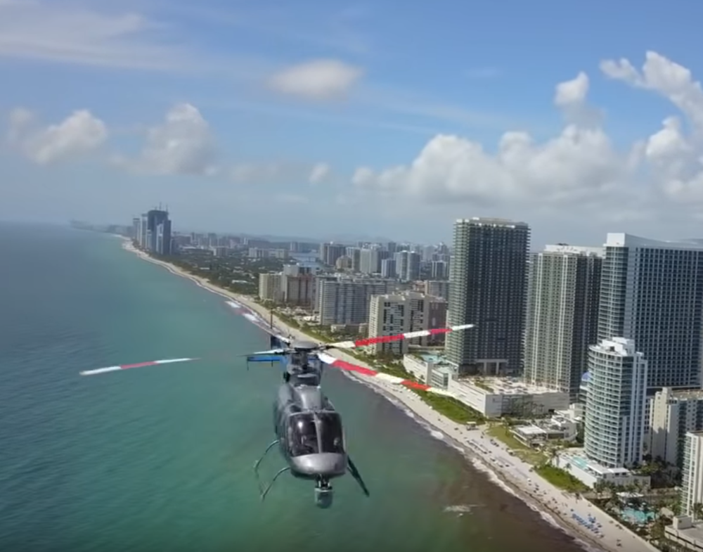 Těsné minuti vrtulníku s dronem na Floridě.  Video zde.