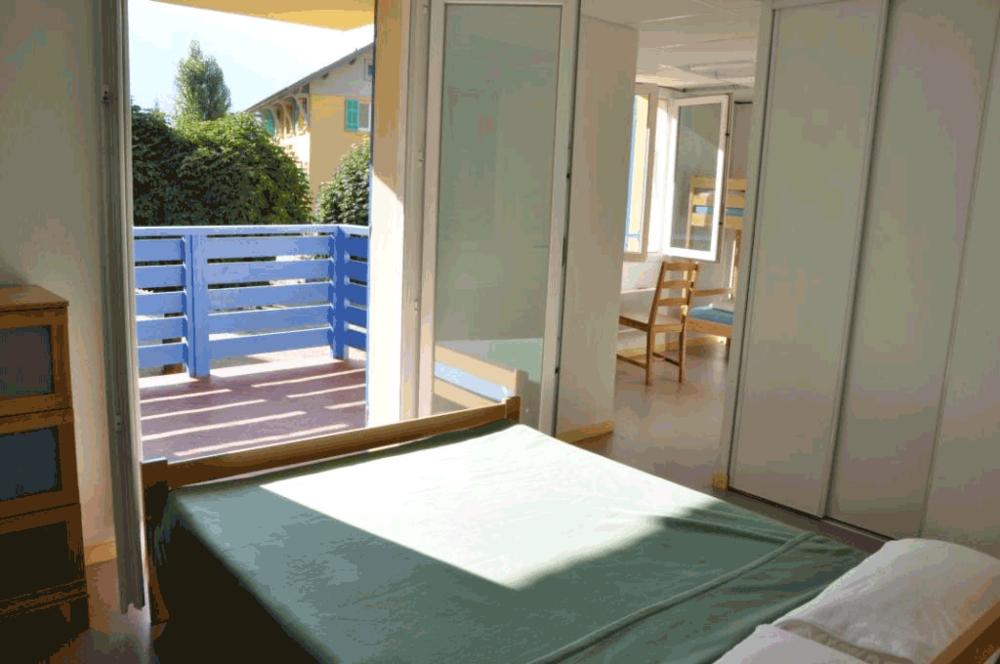 LES CHAMBRES PRIVATIVES  Avec : salle de bain incluse, grand lit + lit simple ou lits superposés, à partir de 2 personnes jusqu'à 4 personnes.Priorité aux familles et aux couples.  Tarif: +17% par personne par rapport aux chambres-dortoir.
