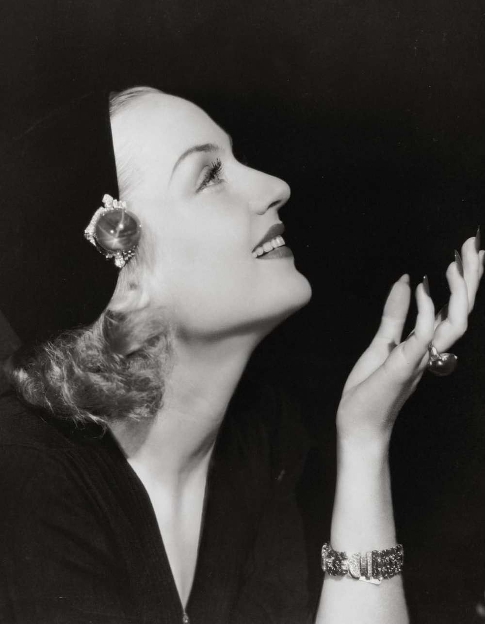 Carole Lombard wearing the brooch clipped to her hat.