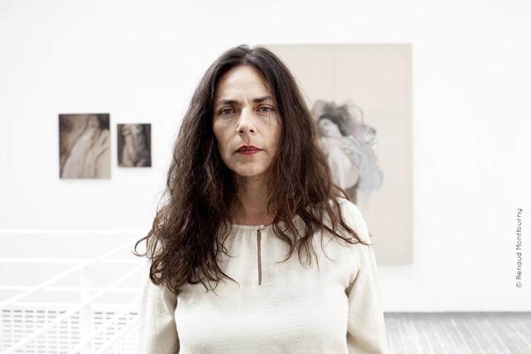 Née en 1968 au Chili, - vit et travaille à Paris