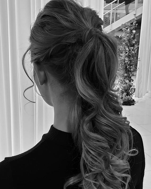 P O N Y  C L U B  Created voluminous luxury ponytails for the @savethedatemag show today. Thanks to @flohair1 for assisting me.