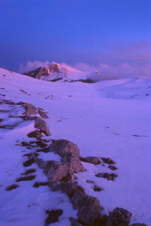L'ultima luce del giorno accende le rocce del Monte Tarino, Monti Simbruini  Nikon F80, 24mm, Kodak Ektachrome 100