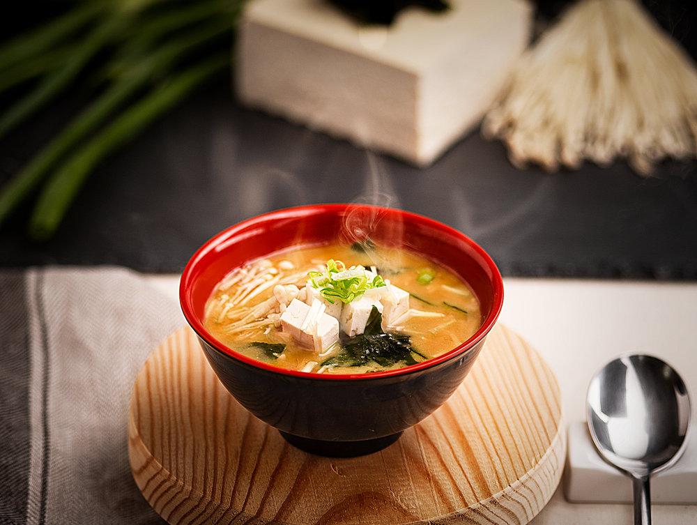 Sopa de Miso - Sopa caliente de miso (pasta fermentada de soja) con cuadrados de tofu suave, cebolletas, ajo y chirlas en caldo de verduras.Suave entrante para preparar el estómago con un profundo sabor y muy saludable.4.00€