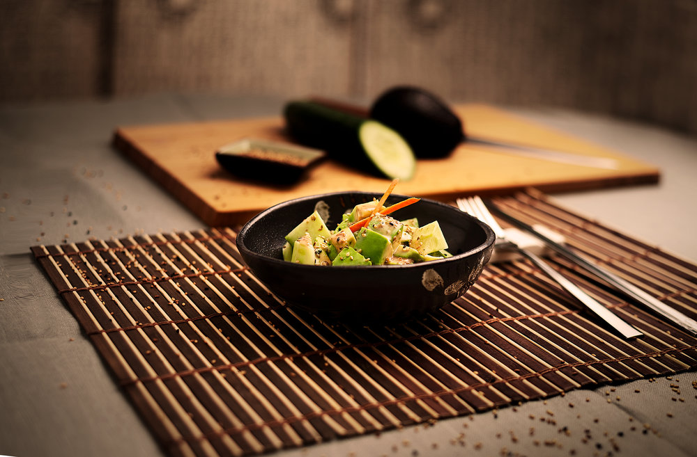 Ensalada de aguacate y pepinos - Ensalada fresca de aguacates y pepinos con salsa casera de sésamo.